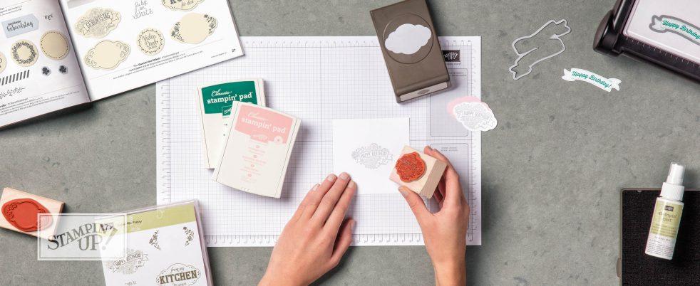 Der Jahreskatalog 2017-2018 hält viele tolle neue Produkte zum Basteln von Karten und kleinen Verpackungen für dich bereit.