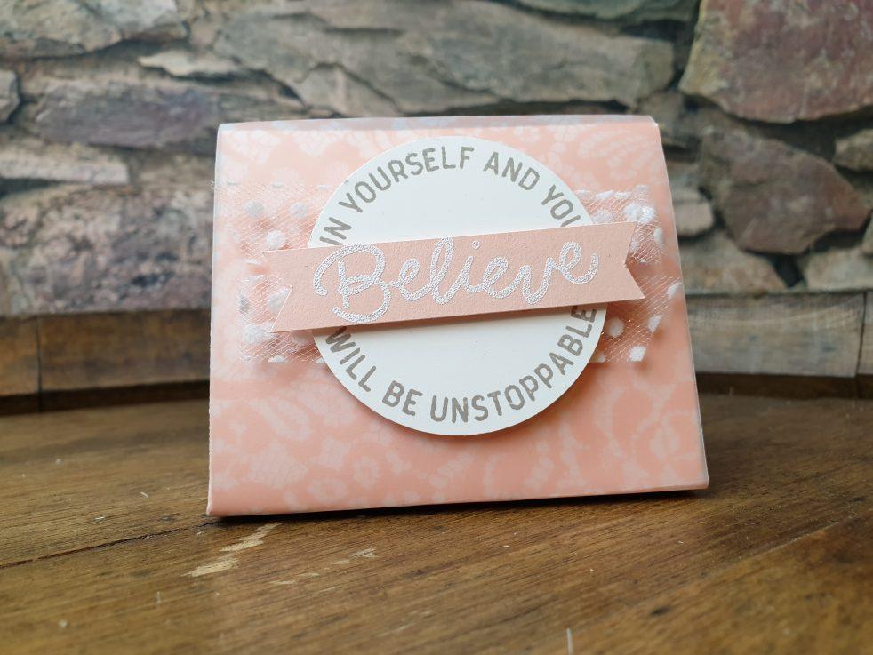 Diese Dreiecksbox ist nach der Idee von Sam Hammond entstanden und mit Stampin' Up! Produkten aufgehübscht von Sanja Reiß.